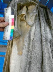Ansicht der rechten Seite von unten, Vorzustand vor der Restaurierung im Mai 2014. In witterungsgeschützten Bereichen wie hier unter dem Arm konnten sich Reste von Farbfassungen erhalten. Foto: A. Hartmann