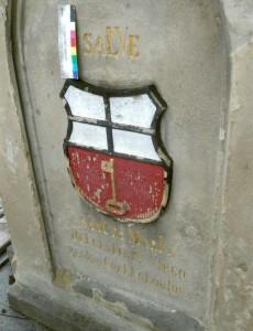 Ansicht des Wappens der Stadt Linz, Vorzustand vor der Restaurierung im Mai 2014. Die Farbe hat sich bereits in zahlreichen Schollen vom Untergrund gelöst. Die Steinsubstanz hatte darunter gelitten. Foto: A. Hartmann