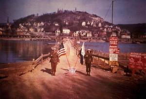 Die am 11./12. März 1945 fertig gestellte Pionierbrücke von Kripp nach Linz