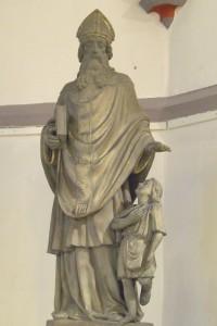 Die früher an der unteren Ecke zur Hospitalstraße angebrachte Heiligenfigur, heute im Stadtarchiv